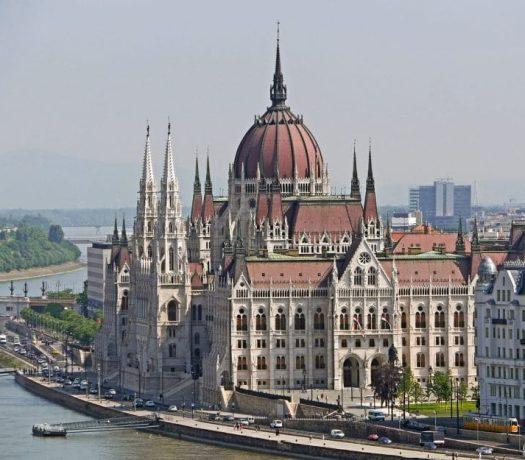 Vue panoramique sur le Parlement de Budapest en Hongrie