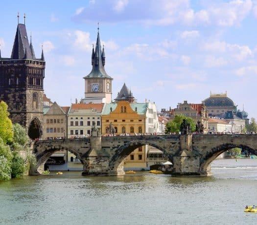 Vue panoramique sur le pont Charles à Prague