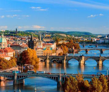 Vue panoramique sur les ponts dans la ville de Prague