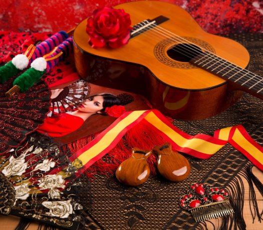 Guitare espagnole classique et éléments pour le flamenco - peigne, éventail et castagnettes