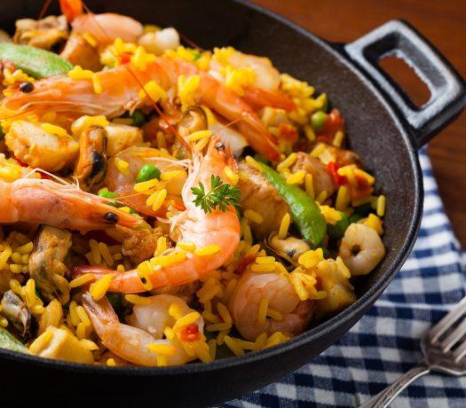 Paella traditionnelle aux fruits de mer et au poulet