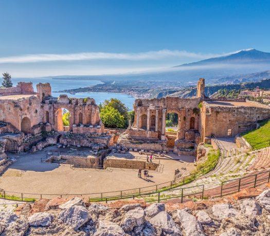 Ruines de l'ancien théâtre Grec, Taormina, Sicile, Etna en arrière-plan, baie de Giardini-Naxos + mer Ionienne