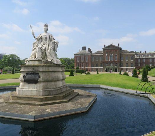 Le palais de Kensington, statue de la reine Victoria devant