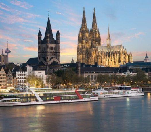 Cologne - vue panoramique, avec les bateau de croisière sur le Rhin