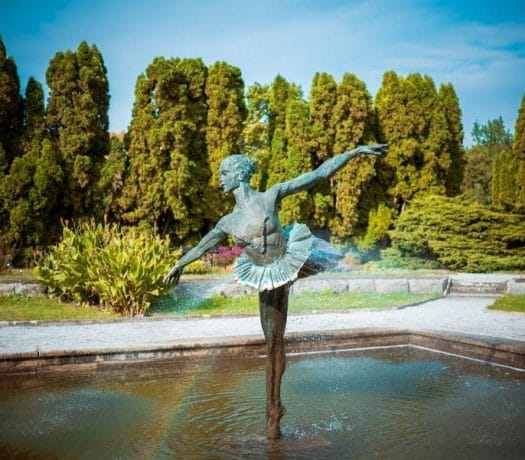 Fontaine de ballerines dans le jardin botanique de Poznan